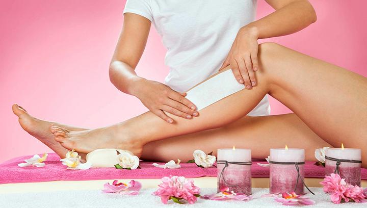 Waxing of unwanted hair on women's legs. Женская восковая депиляция на ногах